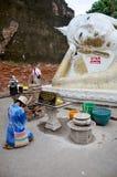 La gente tailandesa ruega con la flor, el palillo de ídolo chino y la vela para Buda s Imagen de archivo libre de regalías