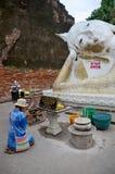 La gente tailandesa ruega con la flor, el palillo de ídolo chino y la vela para Buda s Imagen de archivo