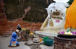 La gente tailandesa ruega con la flor, el palillo de ídolo chino y la vela para Buda s Imágenes de archivo libres de regalías