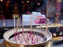 La gente tailandesa ruega con la flor, el palillo de ídolo chino y la vela para Buda s Fotos de archivo