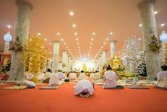 La gente tailandesa ruega en la imagen de Buda dentro de la iglesia en Wat Thampha imagen de archivo libre de regalías