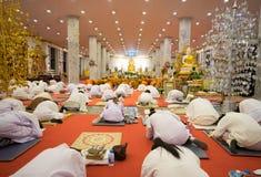 La gente tailandesa ruega en la imagen de Buda dentro de la iglesia en Wat Thampha foto de archivo libre de regalías