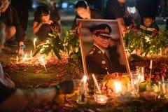 La gente tailandesa se aflige sobre el fallecimiento de rey Rama 9 Imagen de archivo libre de regalías