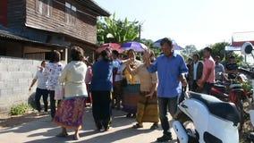 La gente tailandesa se une a caminar canta la canción y el baile en desfile casó tradicional almacen de metraje de vídeo