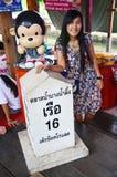 La gente tailandesa va al mercado flotante de Bangnamphung Fotografía de archivo libre de regalías