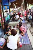 La gente tailandesa va al mercado flotante de Bangnamphung Imagenes de archivo