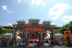 La gente tailandesa va al templo o a Wat Borom Raja Kanjanapisek chino Fotografía de archivo libre de regalías