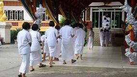 La gente tailandesa y los niños ordenan como una monja y brahmán para la práctica el dharma almacen de video