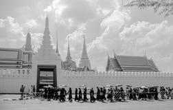 La gente tailandese allinea alle devozioni per il funerale di re Rama IV a immagine stock libera da diritti