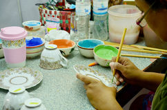 La gente tailandese che woking la pittura trattata Benjarong ceramico è traditiona Fotografia Stock Libera da Diritti