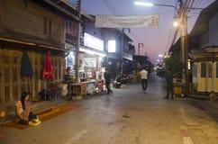 La gente tailandese ha messo le offerti dell'alimento alla passeggiata della processione dei monaci sulla strada Immagini Stock Libere da Diritti