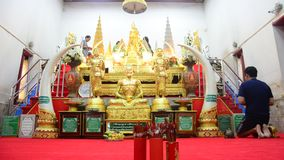 La gente tailandese rispetta pregare e dora la copertura con la foglia di oro sulla statua di Laem di divieto di Luang Pho a Wat  archivi video
