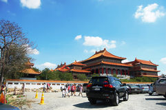 La gente tailandese va al tempio cinese o a Wat Borom Raja Kanjanapisek Immagine Stock Libera da Diritti
