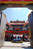 La gente tailandese va al tempio cinese o a Wat Borom Raja Kanjanapisek Immagini Stock