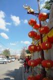 La gente tailandese va al tempio cinese o a Wat Borom Raja Kanjanapisek Fotografie Stock