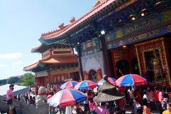 La gente tailandese va al tempio cinese o a Wat Borom Raja Kanjanapisek Immagini Stock Libere da Diritti