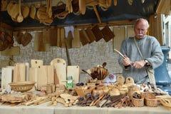 La gente talla la madera Imagen de archivo