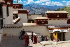 La gente in tempio tibetano Fotografia Stock Libera da Diritti