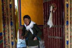 La gente in tempio tibetano Immagini Stock