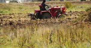 la gente tibetana 4k utilizza il terreno arabile del trattore agricolo in shangrila il Yunnan, porcellana stock footage
