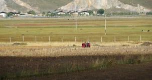 la gente tibetana 4k utilizza il terreno arabile del trattore agricolo in shangrila il Yunnan, porcellana archivi video