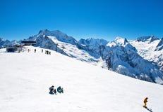 La gente tiene en la estación de esquí Imágenes de archivo libres de regalías