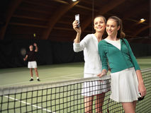 La gente tiene un resto después de los tenis s Imagen de archivo