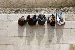 La gente tiene un resto en el monasterio de Jeronimos Fotografía de archivo
