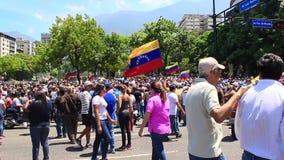 La gente toma las calles en el presidente interino que espera Juan Guaido y fuerzas militar del cuadrado de Altamira para hablar  almacen de video