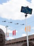 La gente toma las imágenes de los helicópteros en Victory Parade Imagen de archivo libre de regalías