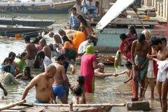 La gente toma una inmersión en el río santo Ganges Imagenes de archivo