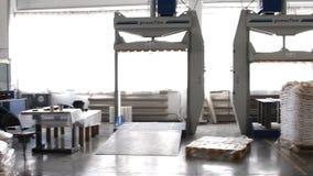 La gente trabaja en almacén grande con las mercancías en la fábrica almacen de video