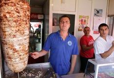 La gente trabaja en la tienda de alimentos rápida para el kebab, los girocompases y las hamburguesas de Doner en †de Sofía, Bul foto de archivo libre de regalías