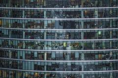La gente trabaja en un edificio de oficinas en Londres Imagen de archivo libre de regalías