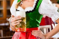 La gente in Tracht bavarese in ristorante Fotografie Stock Libere da Diritti