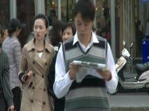 La gente, traffico ed architettura della città di Shanghai stock footage