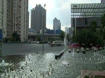 La gente, traffico ed architettura della città di Shanghai archivi video