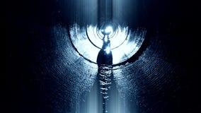 La gente in tunnel sotterraneo che cerca uscita con luce archivi video