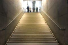 La gente turistica si affretta andare sulla partenza delle scale dal sottopassaggio fotografia stock