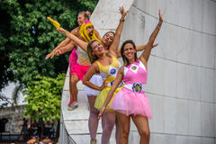 La gente in tutu luminoso fiancheggia la condizione al Vargas commemorativo di Getulio, vicinanza di Gloria a Carnaval 2017 immagine stock libera da diritti
