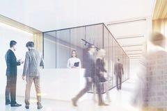 La gente in ufficio incita, parteggia, tonificato Fotografia Stock Libera da Diritti
