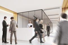 La gente in ufficio incita, pulito e luminoso, lato Fotografia Stock