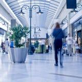 La gente in un centro commerciale Fotografie Stock