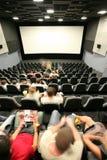 La gente in un cinematografo Fotografia Stock Libera da Diritti