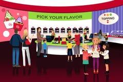 La gente in un deposito di gelato del yogurt Immagini Stock