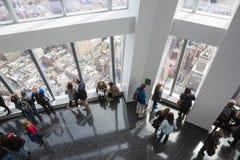 La gente in un osservatorio del mondo in New York Immagine Stock