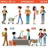 La gente in un supermercato con gli acquisti Fotografia Stock