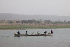 La gente in una barca sul lago Volta nella regione del Volta nel Ghana Immagine Stock