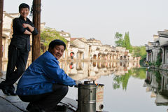 La gente in una città tradizionale cinese Fotografie Stock Libere da Diritti
