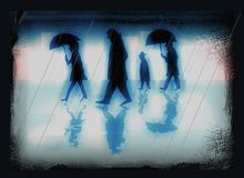 La gente in una città un giorno piovoso - illustrazione nei colori blu sottomessi illustrazione di stock